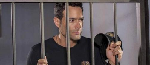 """José Luís é preso por culpa de Demétrio em """"O Que A Vida Me Roubou"""". (Reprodução/Televisa)"""