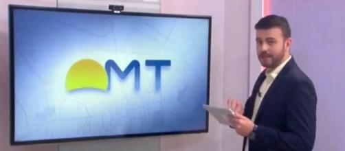 Apresentador se descuida e exibe nude ao vivo em jornal. (Reprodução/TV Centro América)