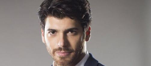Can Yaman protagonista della nuova serie 'Bay Yanlis' con Özge Gürel.