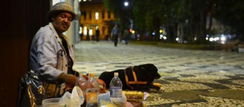 Moradores de rua passando dificuldades em meio ao coronavírus. (Arquivo Blasting News)