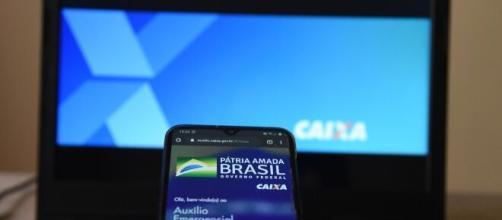 Caixa libera saque do auxílio emergencial para usuários da conta poupança social. ( Arquivo Blasting News )