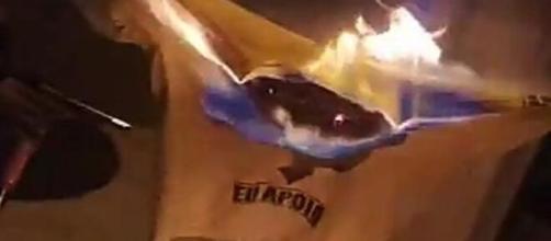 Camisas do movimento em apoio a Lava Jato foram queimadas. (Reprodução/Redes Socias)