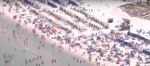 Confinement malgré les mesures de confinement les plages américaines sont bondées. Credit : Capture YouTube