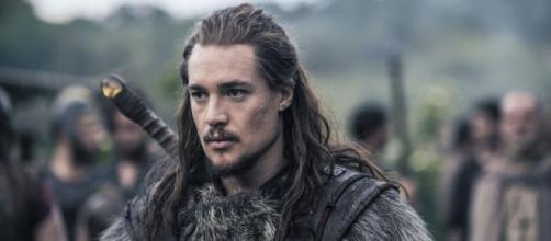 O ator de Uhtred é de Aquário. (Reprodução/BBC)
