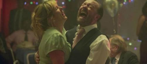 Ricky Gervais e Kerry Godliman em cena da segunda temporada de 'After Life'. (Arquivo Blasting News)