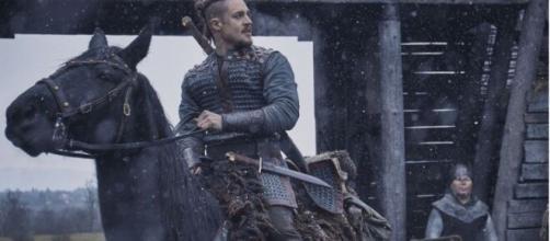 Uhtred é interpretado por Alexander Dreymon na série. (Reprodução/Twitter/@TheLastKingdom)