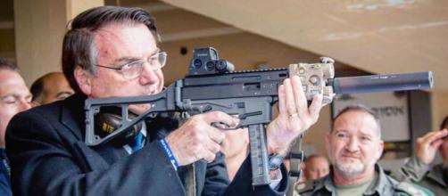 Bolsonaro atirando com arma de fogo. (Arquivo Blasting News)