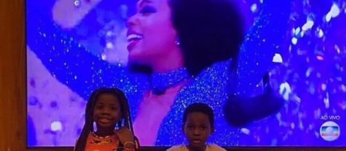 Bruno Gagliasso tira foto dos filhos Titi e Bless em frente à TV, que mostra Thelma campeã do 'BBB20'. (Reprodução/Instagram/@brunogagliasso)
