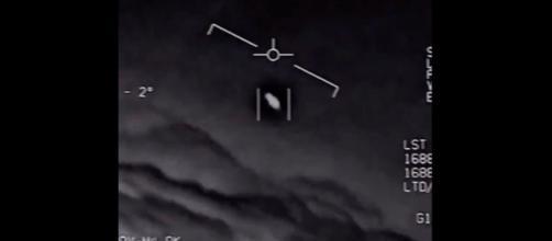 Pilotos se surpreendem com a passagem de um OVNI. (Arquivo Blasting News)