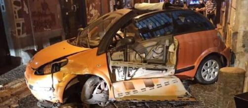 Violentissimo incidente stradale nel napoletano: auto finisce contro un palazzo.