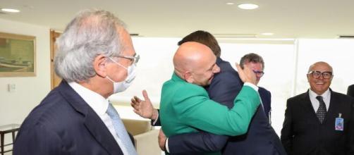 Bolsonaro recebe dono da Havan com abraço. (Arquivo Blasting News)