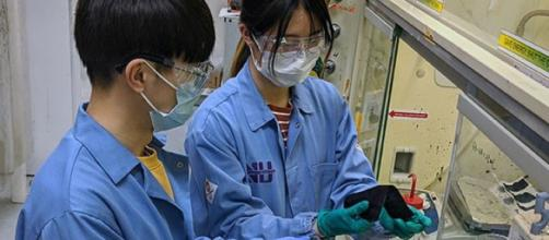 Miembros del equipo de científicos hacen pruebas para generar una solución que evite la propagación del coronavirus. Fuente: ABC.