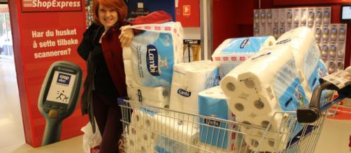 Mujer pone en venta 378 paquetes de papel higiénico. / greenarea.me