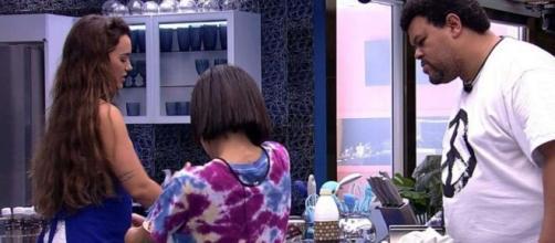 Babu ajuda Rafa e Manu a preparar o bolo do aniversário de Rafa. (Reprodução/TV Globo)