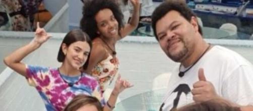Babu, Manu e Thelma posam para foto. (Reprodução/TV Globo)