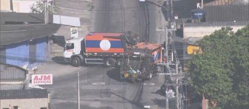 Bandidos do Rio de Janeiro usam caminhões da Comlurb para servir de barricadas. (Reprodução/TV Globo)
