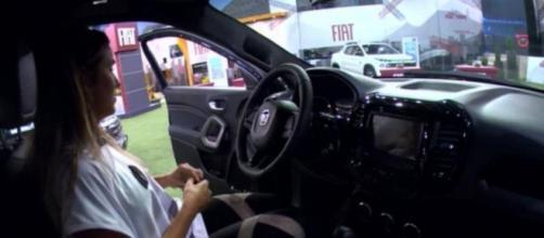 Gabi fica confusa na hora de ligar o carro na prova do líder. (Reprodução/TV Globo)