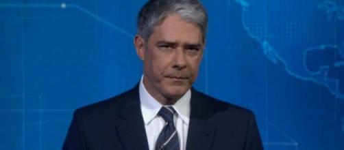 'Jornal Nacional' flagra jornalista assistindo 'Fofocalizando'. (Reprodução/Rede Globo)