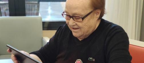 Las residencias de mayores facilitan la comunicación de estos con sus familias