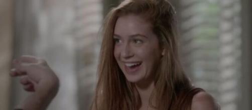 Eliza se diverte com as lições para se tornar modelo em 'Totalmente Demais'. (Reprodução/TV Globo)