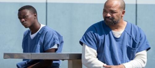 """Pai e filho se reencontram na prisão no novo filme da Netflix """"Dias Sem Fim"""". (Reprodução/Netflix)"""