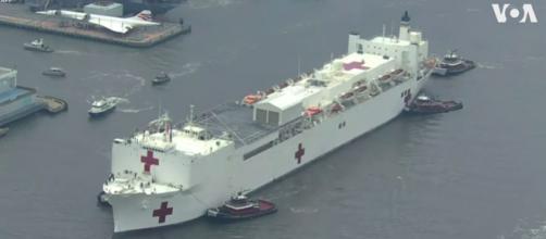 Coronavirus : Un hôpital a été mis en place sur un bateau sur la rivière de Hudson à New York. Credit : VOA News Capture