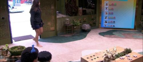 Mari questiona emoji que recebeu de Babu e brother diz: 'Não tenho que ficar te dando satisfação'. (Reprodução/TV Globo)