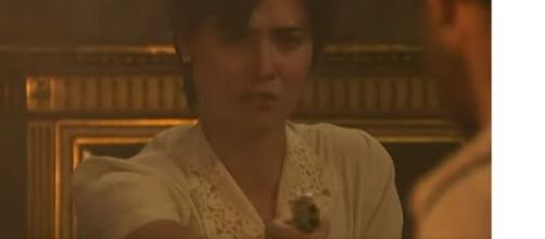 Maria sparerà a Fernando con una pistola, mentre la Casona sarà avvolta dalle fiamme.