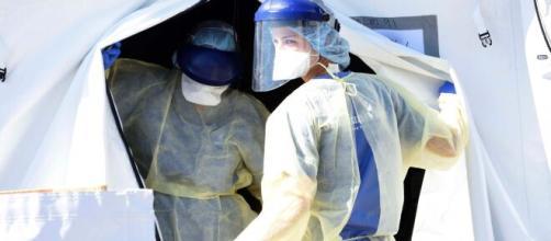 Coronavirus, in Italia calano i contagi e i ricoveri in terapia intensiva: 15.887 i morti totali.