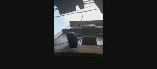Covid-19: Morador da Rocinha improvisa elevador para privar mãe de contaminação. (Reprodução/TV Globo)