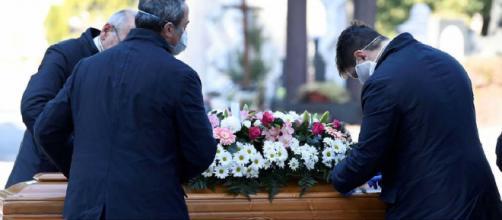 Los obispos españoles piden protección sanitaria para acompañar a los muertos por coronavirus.