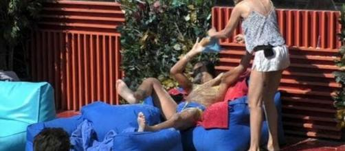 Antonella Elia cade durante un gavettone di Sossio
