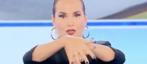 Barbara D'Urso cambia look, Lucio Pesta l'ha definita 'la suora laica in paillettes'.