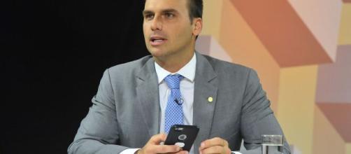 FOTO Covid-19: Eduardo Bolsonaro confirma que quarentena não irá durar até final do mês. (Arquivo Blasting News)