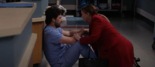 Nel finale di Grey's Anatomy 16, Andrew DeLuca irrompe nella sala operatoria di Richard Webber.