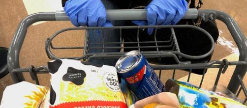 Lecce, vuole saltare la fila al supermercato e simula di avere la febbre: 78enne denuciata