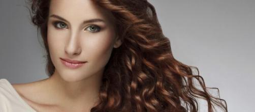 Moda: tagliare i capelli lunghi a casa da sole e schiarire la capigliatura.