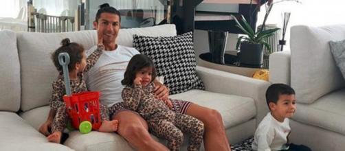 Cristiano Ronaldo en compagnie de ses enfants dans sa maison à Madère