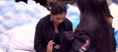 Gizelly e Ivy choram e são consoladas por sisters. (Reprodução/TV Globo)