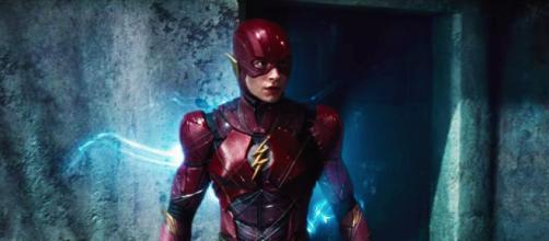 Na foto Ezra Miller usando o traje do super-herói Flash. (Arquivo Blasting News)