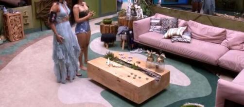 Flay e Mari conversam com produção na sala da casa. (Reprodução/TV Globo)