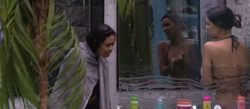 Flayslane tenta ficar pelada no banheiro da casa. (Reprodução/TV Globo)