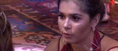Gizelly Bicalho conversa com Rafa Kalimann durante a festa sobre a eliminação de Marcela no 'BBB20'. (Reprodução/TV Globo)