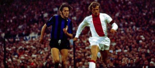 La maglia dell'Ajax negli anni '70, la più leggendaria secondo France Football.