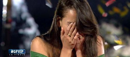 La manager di Paola Di Benedetto non avrebbe ricevuto nemmeno un 'grazie' dalla modella.