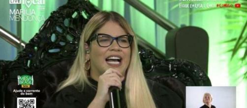 Live de Marília Mendonça no YouTube conta com intérprete de libras 'dançante'. (Reprodução/Youtube)