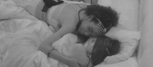 Manu e Thelma se abraçam no Quarto Céu. (Reprodução/TV Globo)
