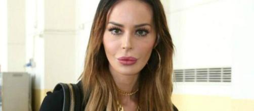 Nina Moric afferma di essere single ed esterna alcuni pensieri contro le influencer che sponsorizzano nonostante il periodo che stiamo vivendo.