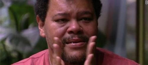Sozinho durante toda a festa, Babu Santana chora bastante ao som de samba. (Reprodução/TV Globo)