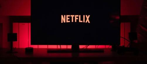 A plataforma traz vários lançamentos de séries e novos filmes vão entrar no catálogo da Netflix (Blasting News)